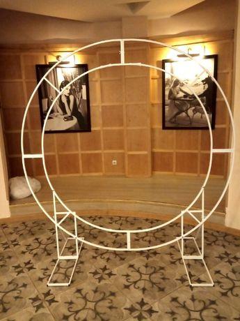 Круглая арка , круглая стойка для фотозоны , квадратные стойки.