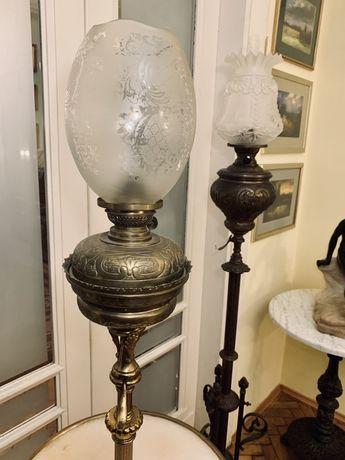 Lampa naftowa ze stolikiem kamiennym. Stara.