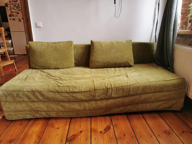 Stara rozkładana sofa ze skrzynią