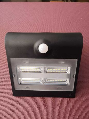 Foco/Projetor de LED exterior com painel solar
