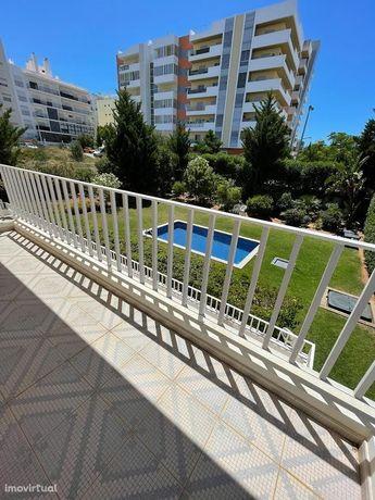 Apartamento T2 c/Suite, mobilado, em condomínio fechado c/piscina.