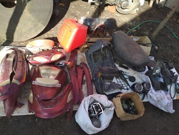 Продам пластик,запчасти на скутер Defiant arteko и МОТО