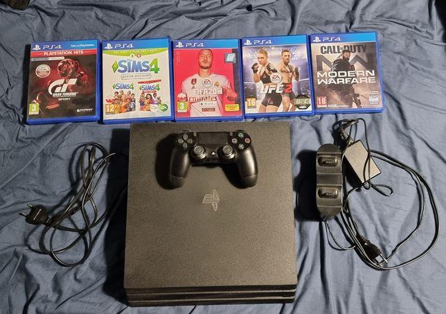 PlayStation 4 PRO 1TB, 5 gier, pad i stacja ładująca