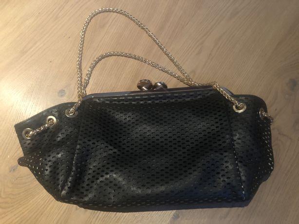 Czarna torebka ze złotym łańcuszkiem