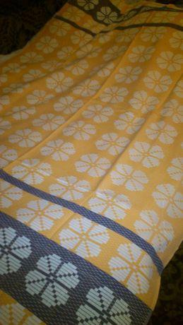 Продам два полуторных покрывала на кровати