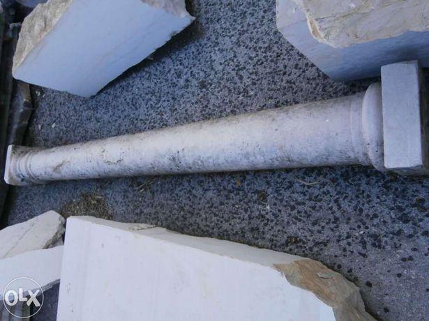 Colunas antigas em pedra e cantarias (bastantes unidades).