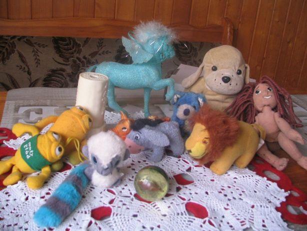 Zestaw pluszaków, piłeczka, kucyk i kalejdoskop - zabawki tanio