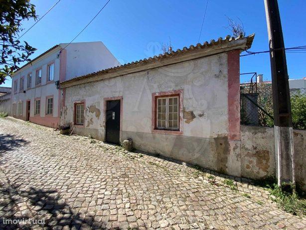 Vende-se Moradia T2 para recuperação total em Rio de Mour...