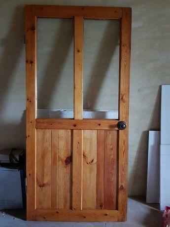 Деревянная дверь со стеклом