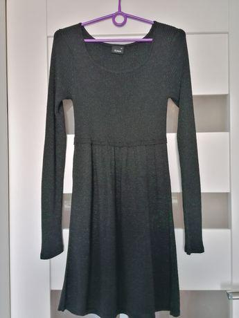 Czarna błyszcząca sukienka z długim rękawem