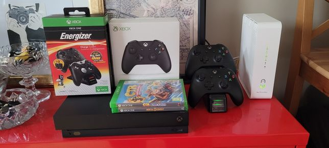 Pełny zestaw: Xbox One X 1TB + 2 pady + ładowarka na 2 pady + Gry