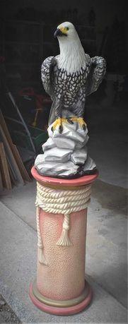 Rzeźba ORŁA na postumencie