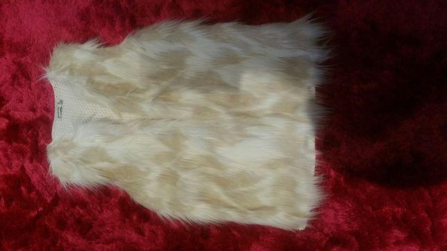 Colete de pelo branco/ e casaco castanho de pele.