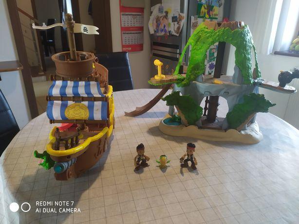 Łajbek i kryjówka Jake'a z bajki Piraci z Nibylandii.