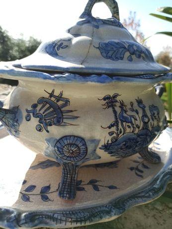 Terrina em porcelana muito antiga. De cor branca suja e azul.
