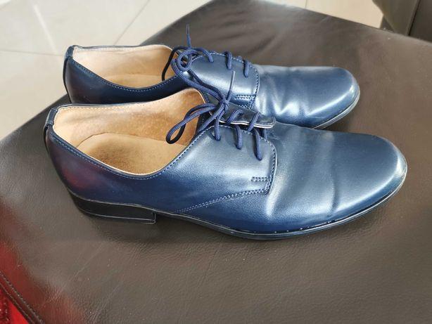 Eleganckie niebieskie buty dla chłopca