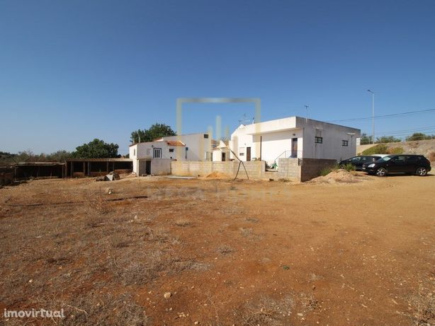 Casa de campo com moradia T2 + moradia anexa T1 inserida ...