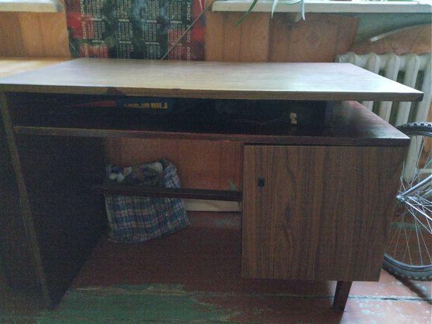 Стол письменный коричневый и бежевый