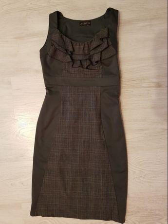 Elegancka biurowa sukienka brązowo czarna z falbankami, święta