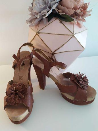 Sandálias castanhas