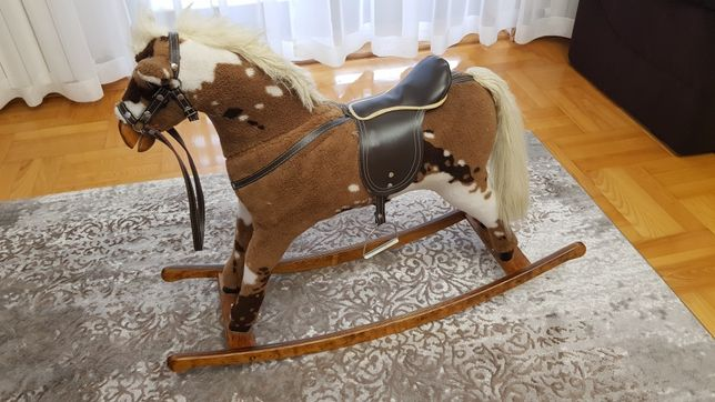 Koń na biegunach. Solidny.