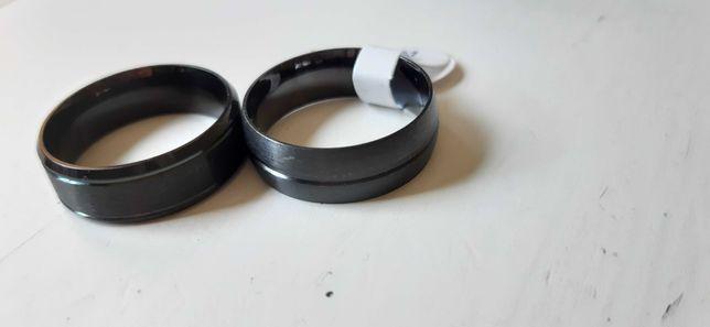 Dwa metalowe pierścionki rozmiar 11