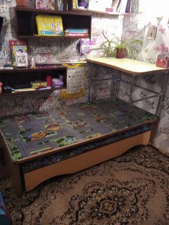 Кровать, стол, игровая площадка