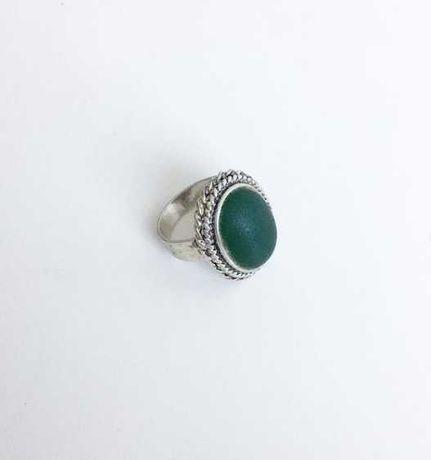 Anel dos anos 50 em prata, com pedra verde