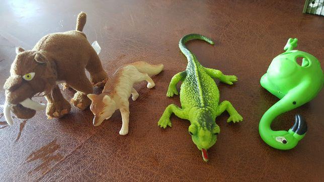 игрушки резиновые и мягкий саблезубый тигр