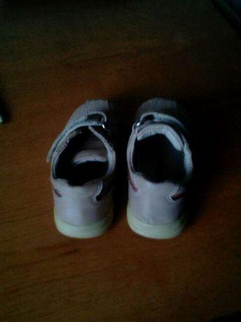 Продам детские туфельки