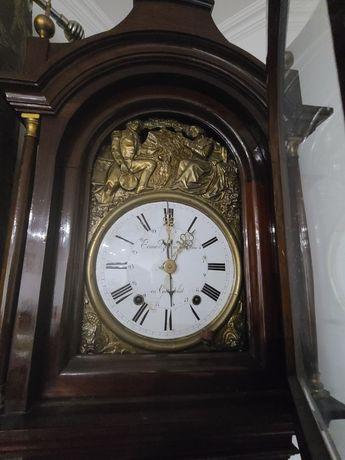 Relógio de pé alto antigo