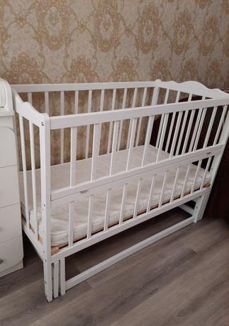 Белая кроватка с маятником