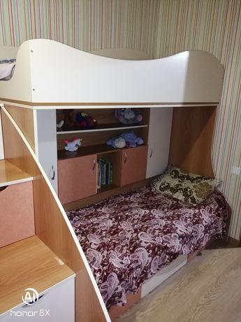 Двухъярусная кровать с матрацами