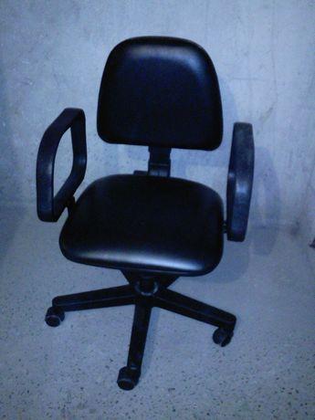 Fotel biurowy czarny skaj
