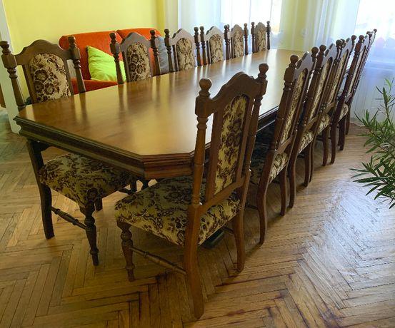 Stół drewniany z krzesłami na 12 osób.