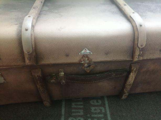 Старинный каретный чемодан.