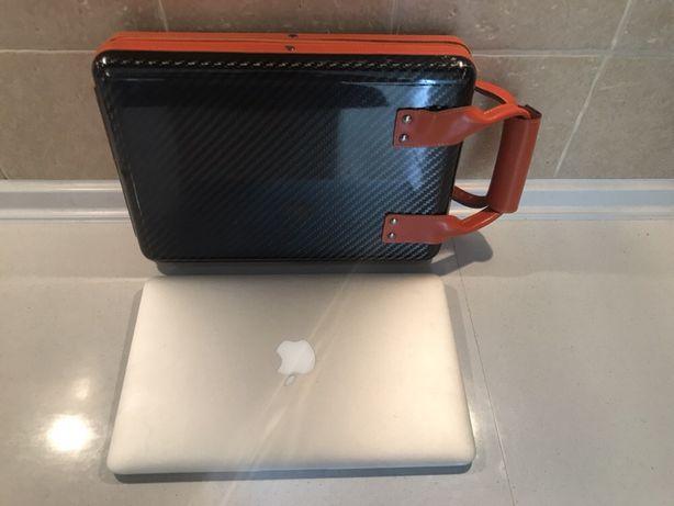 """Carbonowa walizka na MacBook Air 11"""" lub inny komputer tej wielkości."""
