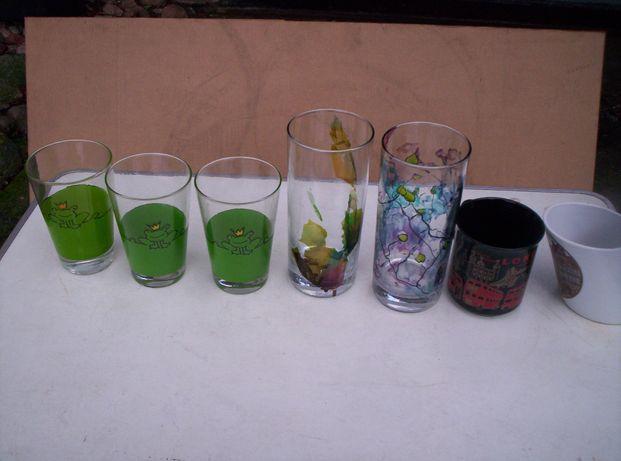Szklanki dekoracyjne i dwa kubki