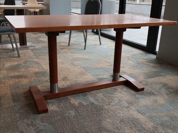 Stół z litego drewna bukowego.