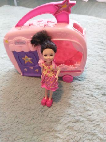 Kamper razem z lalką i ubrankami