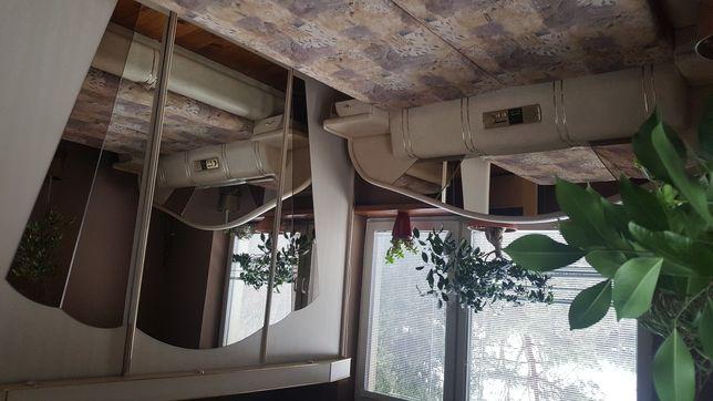 Sypialnia łóżko tapicerowane szafa z oświetleniem toaletka z lustrem