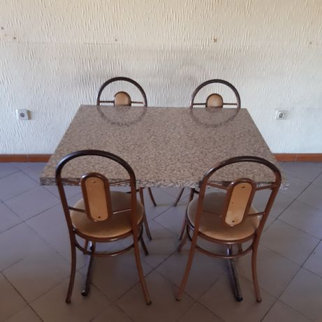 Cadeiras e mesa em bom estado leves e