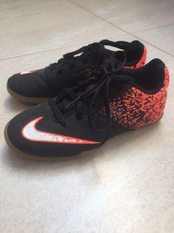 Halówki buty do piłki nike bombax ic rozmiar 31 stan b. Dobry