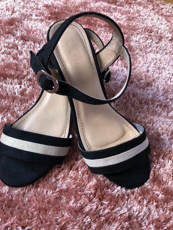 Sandália em camurça preta e beje