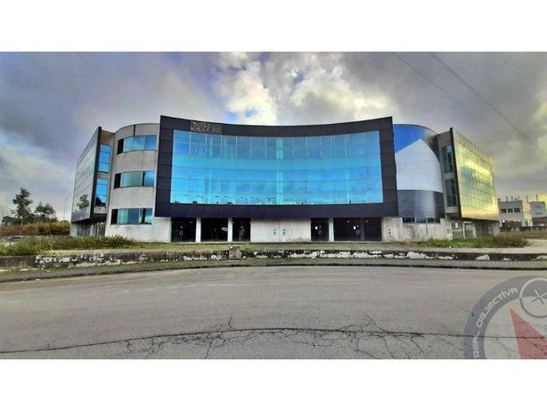 Edifício moderno, inacabado, em Seroa