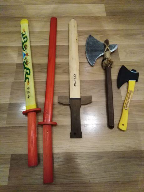 Zestaw mieczy toporki siekierki