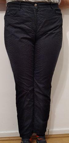 Czarne spodnie z wzorami