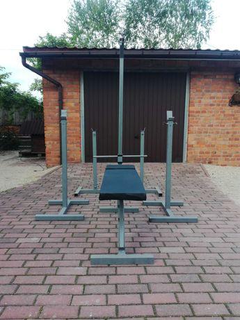 Wyposażenie domowej siłowni. Ławeczka, wyciąg, stojaki