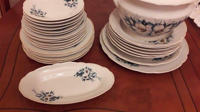 Красивый столовый сервиз, обеденный сервиз, тарелки