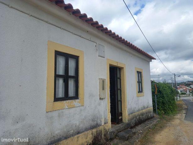Casa para restauro, com terreno, poço e vários anexos